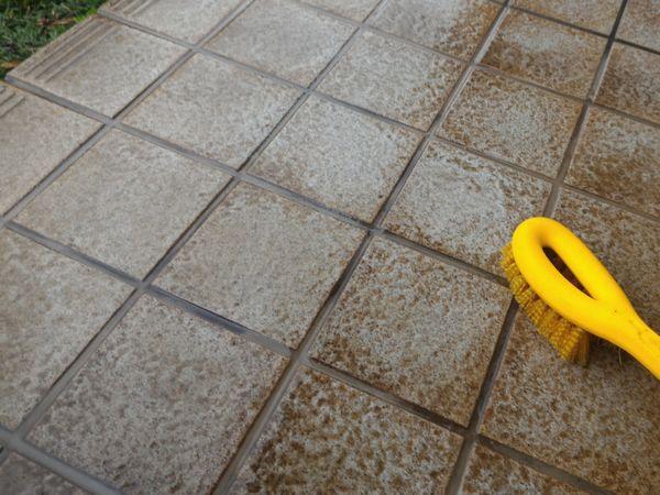 玄関タイル 黒ずみ 水垢 汚れ