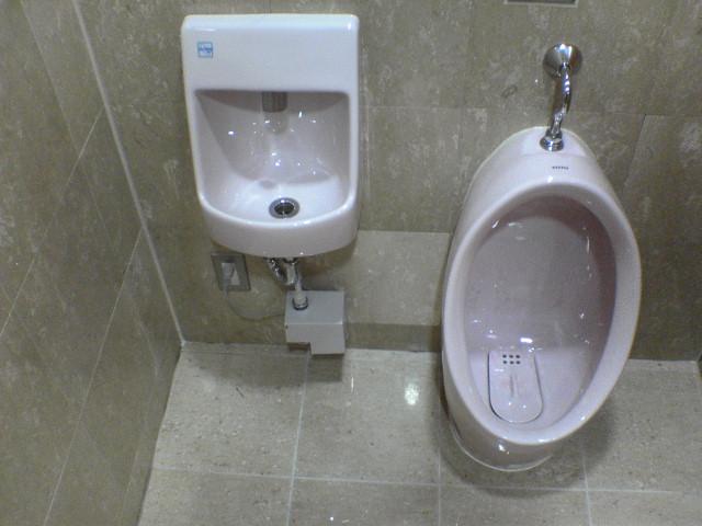 本日の現場は「トイレ床面コート施工」